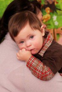 Ребенок ест кулачек